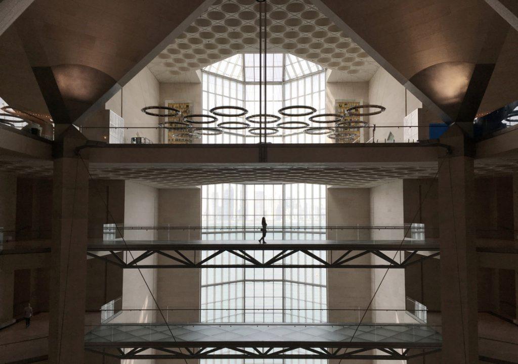 Foto das lajes nervuradas na parte interna do Museu de Arte Islâmica no Catar - Obra de I. M. Pei