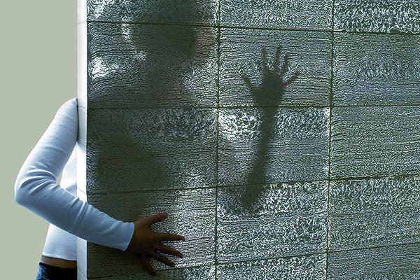 Parede de concreto Translúcido e silhueta humana