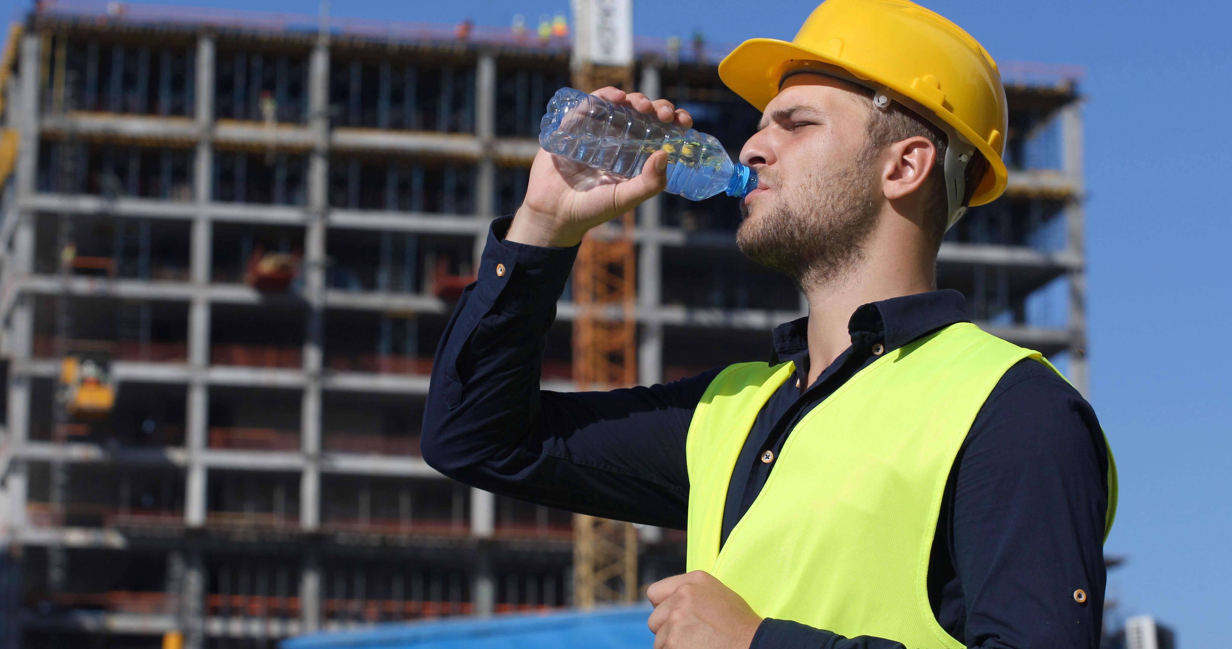 funcionario-bebendo-agua-no-canteiro-de-obra