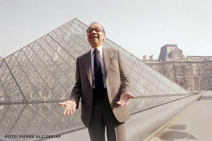 Foto de I. M. Pei em frente da Pirâmide do Louvre