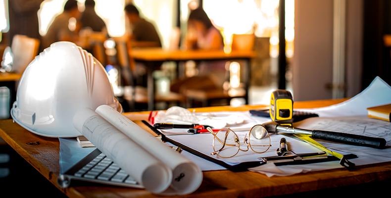 mesa de trabalho com objetos de engenheiros