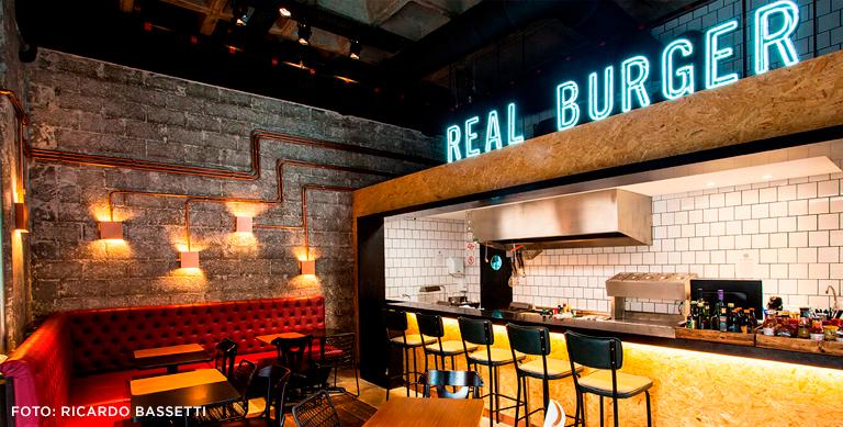 foto interna do real burger mostrando o ambiente no geral