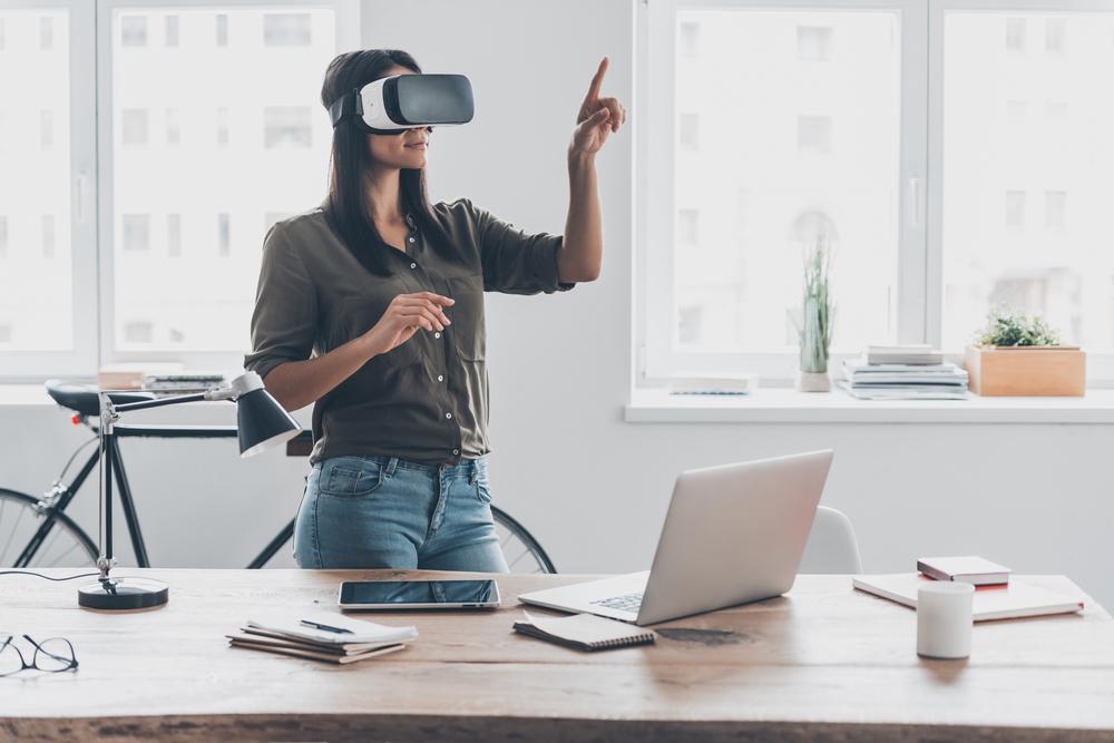 mulher com óculos VR dentro de um escritório.