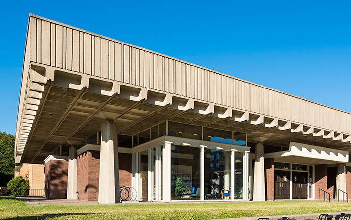 Fachada da biblioteca Arvonne Fraser, em que há um telhado de laje nervurada.